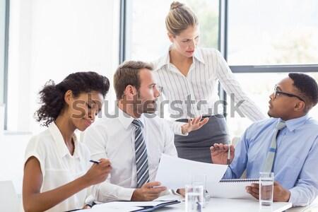 Foto stock: Jovem · empresária · aperto · de · mãos · reunião · escritório