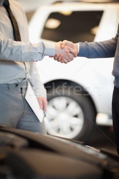 Dois homens carro compras mãos aperto de mão Foto stock © wavebreak_media