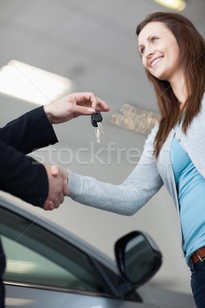 Vrouw autosleutels garage handen vergadering Stockfoto © wavebreak_media