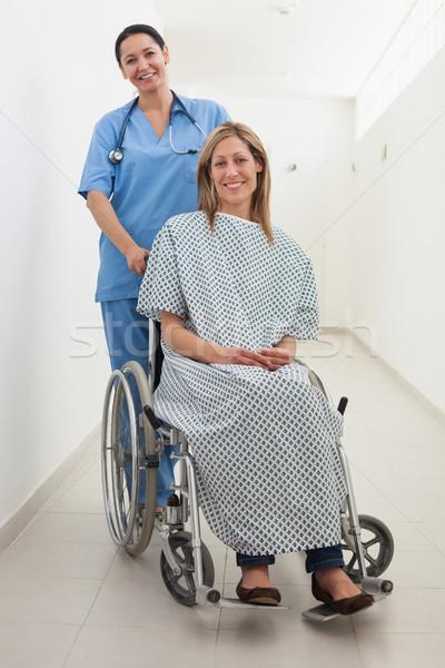 Szczęśliwy pielęgniarki pacjenta wózek szpitala korytarz Zdjęcia stock © wavebreak_media