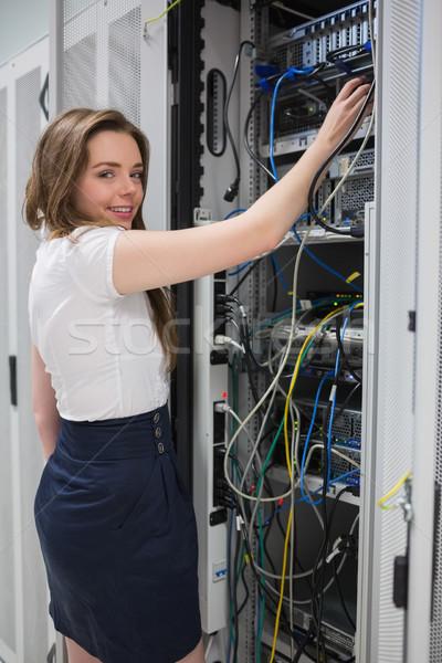 улыбаясь брюнетка проводов центр обработки данных компьютер Сток-фото © wavebreak_media