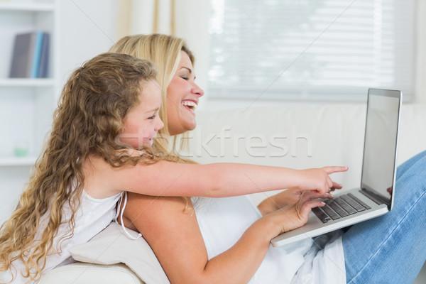 Souriant mère fille utilisant un ordinateur portable ordinateur enfant Photo stock © wavebreak_media