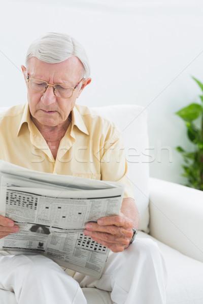 Gericht ouderen man lezing nieuws woonkamer Stockfoto © wavebreak_media