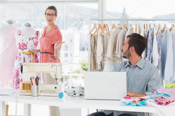 Homem usando laptop moda estilista trabalhando estúdio Foto stock © wavebreak_media