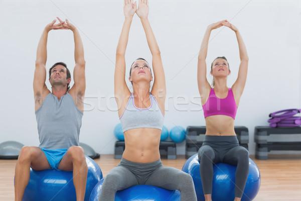 Sportos emberek nyújtás felfelé kezek testmozgás Stock fotó © wavebreak_media