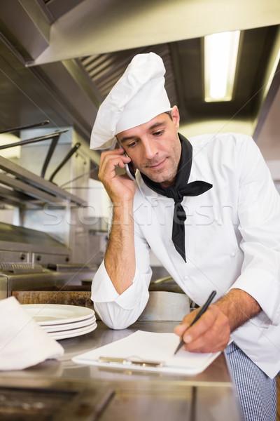 Cocinar escrito portapapeles teléfono celular cocina concentrado Foto stock © wavebreak_media