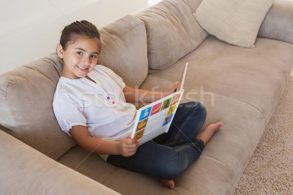 Zijaanzicht portret meisje lezing verhalenboek sofa Stockfoto © wavebreak_media