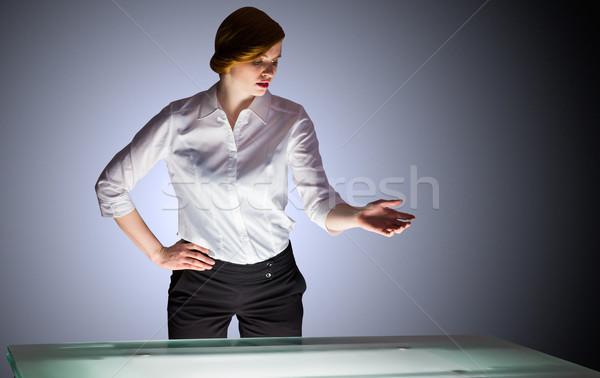 ストックフォト: 赤毛 · 女性実業家 · 立って · デスク · 影