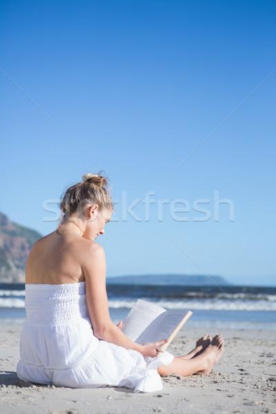 Contenu robe blanche séance plage lecture Photo stock © wavebreak_media