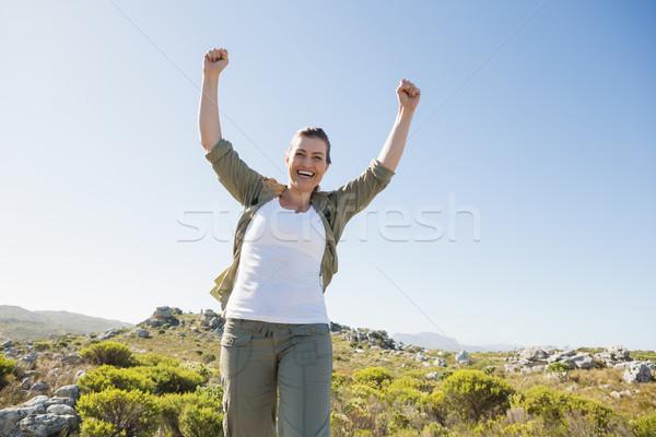 Csinos természetjáró éljenez kamera hegy terep Stock fotó © wavebreak_media
