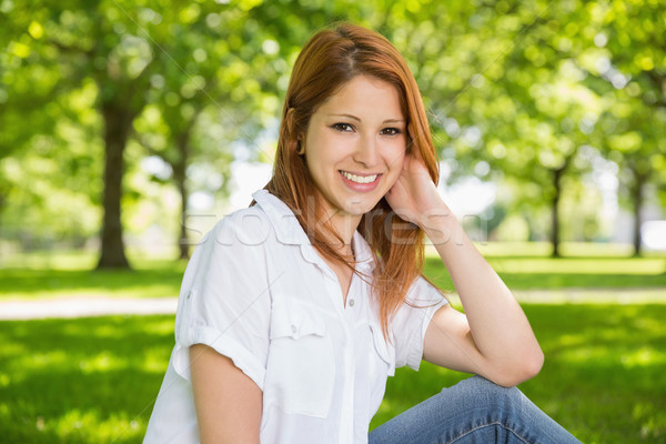Mooie ontspannen park glimlachend camera Stockfoto © wavebreak_media