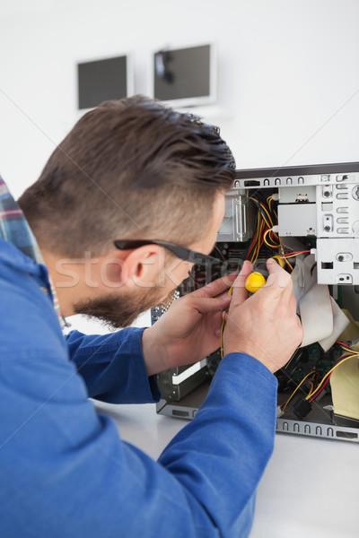 Számítógép mérnök dolgozik törött konzol csavarhúzó Stock fotó © wavebreak_media