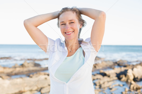 Casual mulher sorrindo câmera mar feliz Foto stock © wavebreak_media