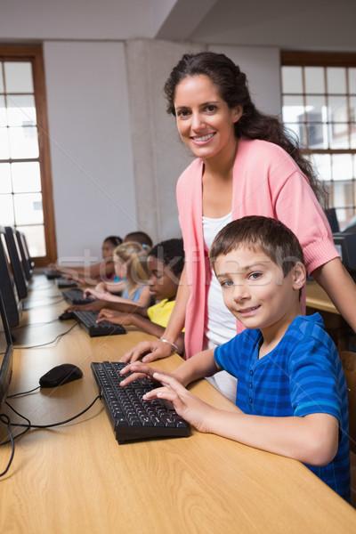 Aranyos iskolás számítógép osztály tanár általános iskola Stock fotó © wavebreak_media
