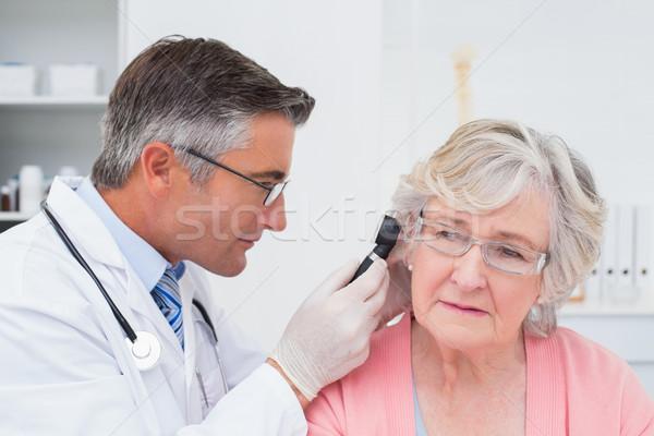 Arts onderzoeken vrouwelijke oor vrouw man Stockfoto © wavebreak_media