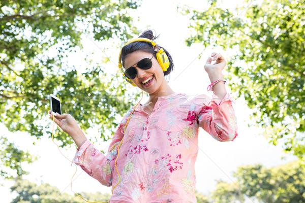 Mooie brunette luisteren naar muziek vrouw natuur dansen Stockfoto © wavebreak_media