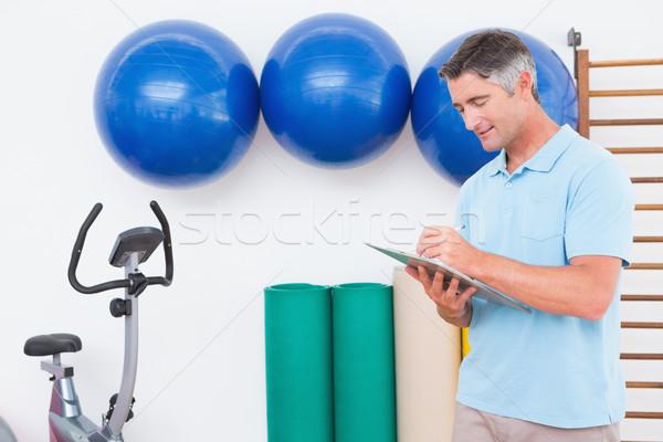 Trener piśmie schowek fitness studio człowiek Zdjęcia stock © wavebreak_media