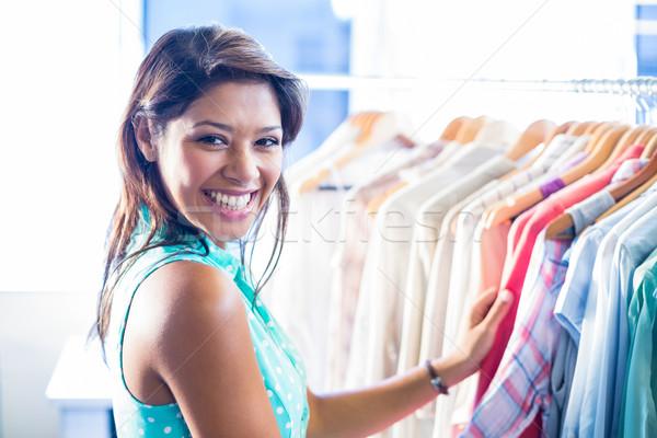 Gyönyörű barna hajú vásárlás ruházat bolt boldog Stock fotó © wavebreak_media