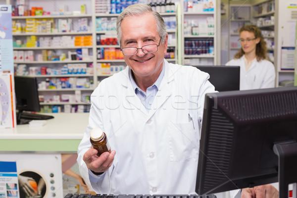 Foto stock: Farmacêutico · olhando · câmera · farmácia · homem