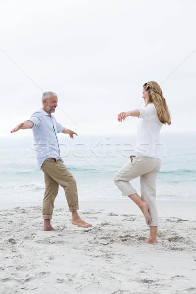 Fericit cuplu yoga plajă ocean distracţie Imagine de stoc © wavebreak_media