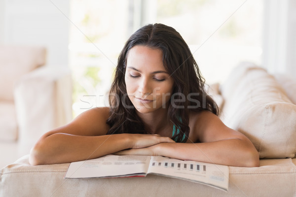 かなり ブルネット 読む 雑誌 ソファ ホーム ストックフォト © wavebreak_media