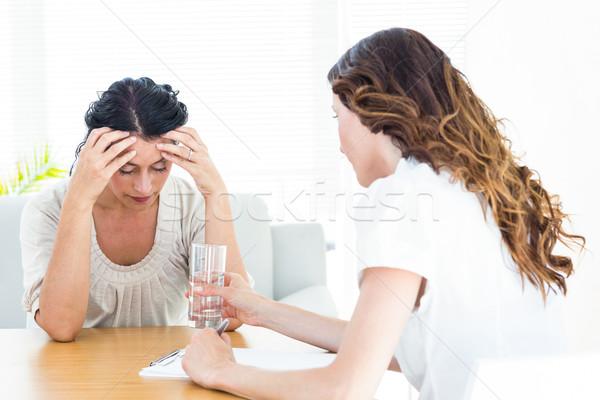 Deprimido mulher falante terapeuta branco vidro Foto stock © wavebreak_media