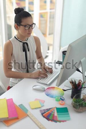 случайный женщины дизайнера улыбаясь рисунок портрет Сток-фото © wavebreak_media