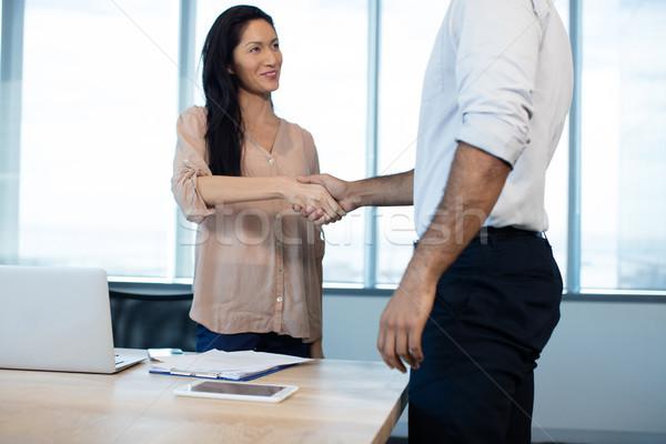 üzletemberek kézfogás megbeszélés iroda konferenciaterem technológia Stock fotó © wavebreak_media