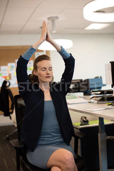 Kobieta interesu jogi posiedzenia krzesło biuro Zdjęcia stock © wavebreak_media