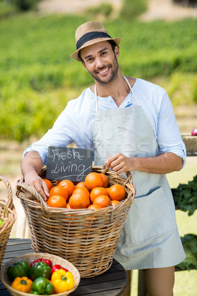 Portrait souriant agriculteur permanent fraîches oranges Photo stock © wavebreak_media