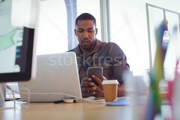 Jovem empresário telefone móvel escritório secretária café Foto stock © wavebreak_media