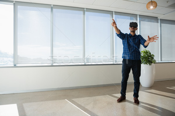 Ejecutivo virtual realidad auricular oficina negocios Foto stock © wavebreak_media