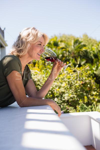 взрослый женщину питьевой стены Сток-фото © wavebreak_media