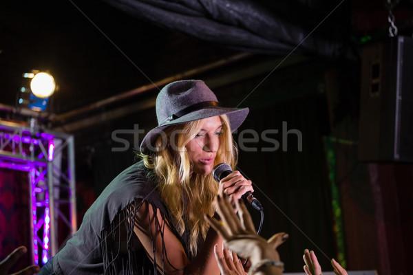 Piosenkarka etapie nightclub kobieta muzyki Zdjęcia stock © wavebreak_media