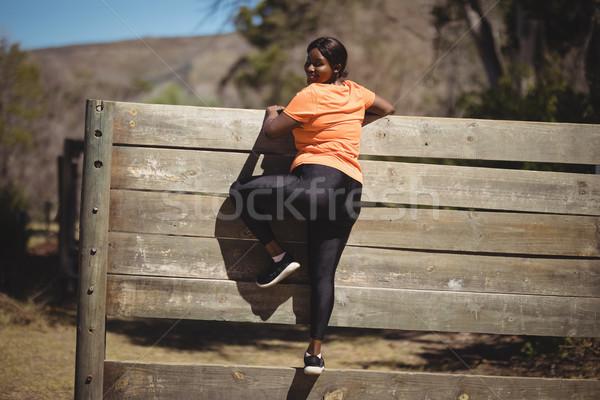 Retrato mulher escalada parede Foto stock © wavebreak_media