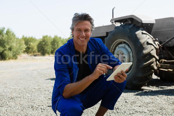 Portret pracownika cyfrowe tabletka drogowego uśmiechnięty Zdjęcia stock © wavebreak_media