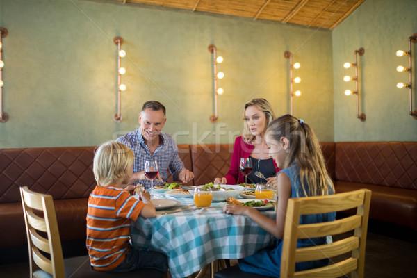 Gelukkig gezin dining praten vrouw familie liefde Stockfoto © wavebreak_media