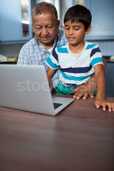Dziadek chłopca za pomocą laptopa posiedzenia tabeli komputera Zdjęcia stock © wavebreak_media
