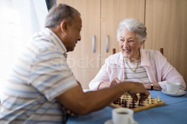 Glimlachend mannelijke vrouwelijke spelen schaken Stockfoto © wavebreak_media