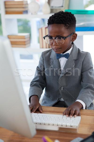 üzletember visel szemüveg számítógéphasználat asztal iroda Stock fotó © wavebreak_media