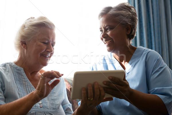 Derűs idős nő orvos digitális tabletta Stock fotó © wavebreak_media