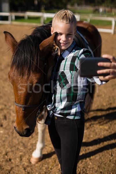 Nina toma caballo rancho teléfono nino Foto stock © wavebreak_media