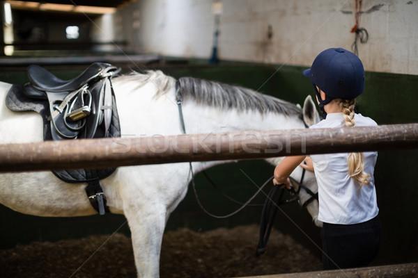 ストックフォト: 十代の少女 · 立って · 馬 · 安定した · 子 · 訓練