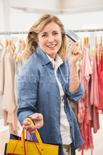 Sorrindo cartão de crédito retrato roupa Foto stock © wavebreak_media