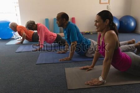 Instructeur studenten oefenen cobra pose gezondheid Stockfoto © wavebreak_media