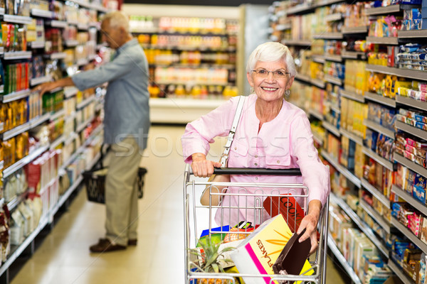 Senior vrouw uit product supermarkt Stockfoto © wavebreak_media