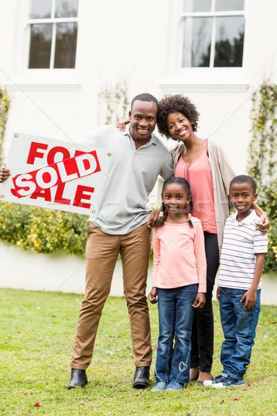 Famiglia felice piedi insieme venduto segno Foto d'archivio © wavebreak_media