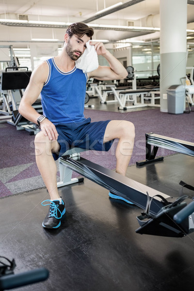 Hombre guapo sesión dibujo máquina gimnasio hombre Foto stock © wavebreak_media