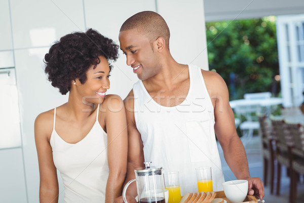 Szczęśliwy para śniadanie taca kuchnia Zdjęcia stock © wavebreak_media