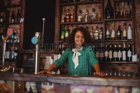 Mooie serveerster permanente bar counter werken Stockfoto © wavebreak_media